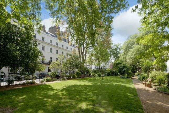 garden square in Belgravia, London